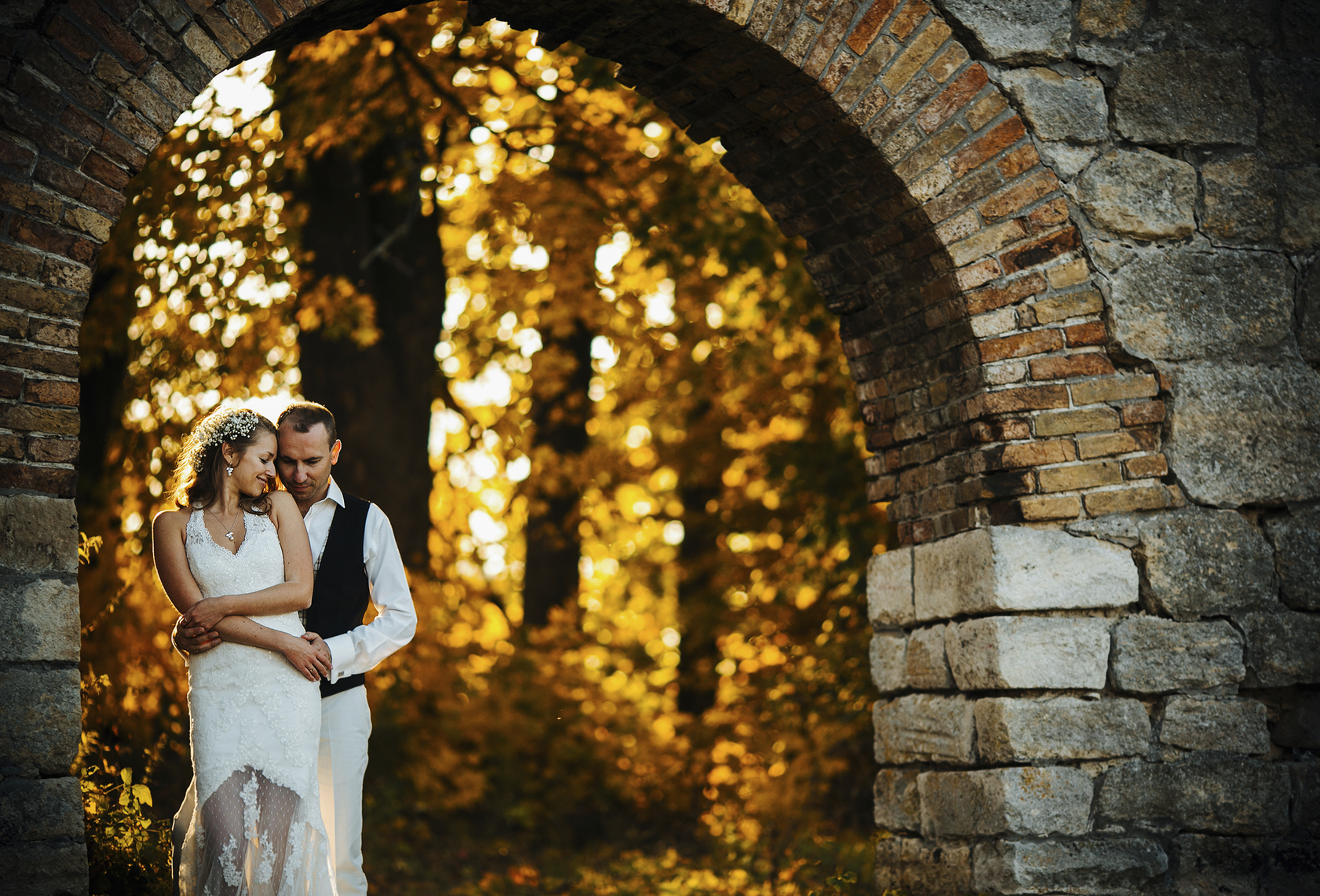 Couple posing in an autumn wedding